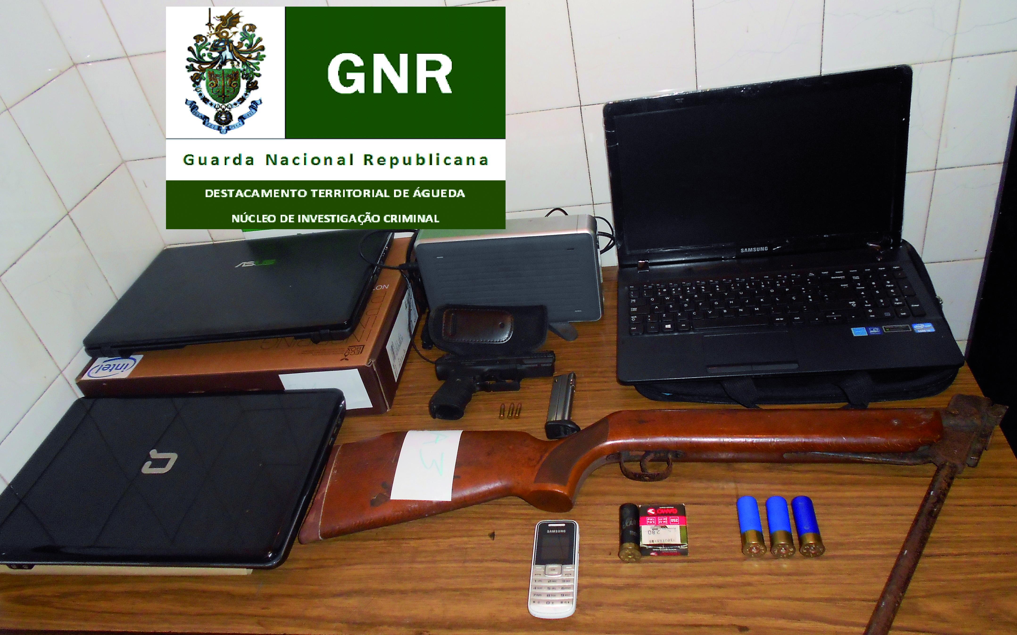 Detidos três burlistas e apreendidas armas e carros
