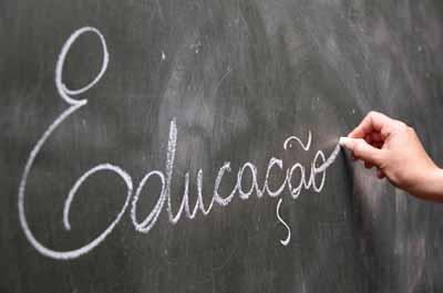 Onze mil professores entregam petição para travar municipalização