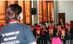 Ser bombeiro por uma semana desperta a curiosidade a jovens