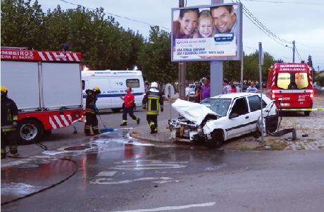 Cinco feridos em colisão entre dois carros