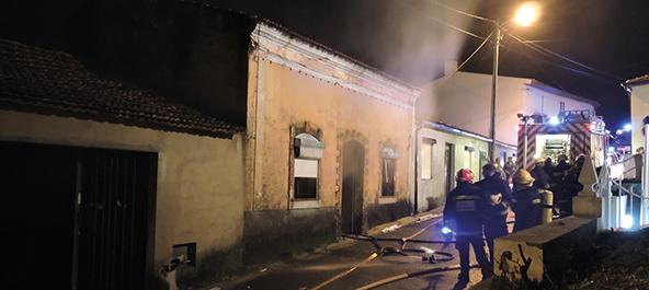 Mata da Curia: Incêndio em habitação causa três feridos