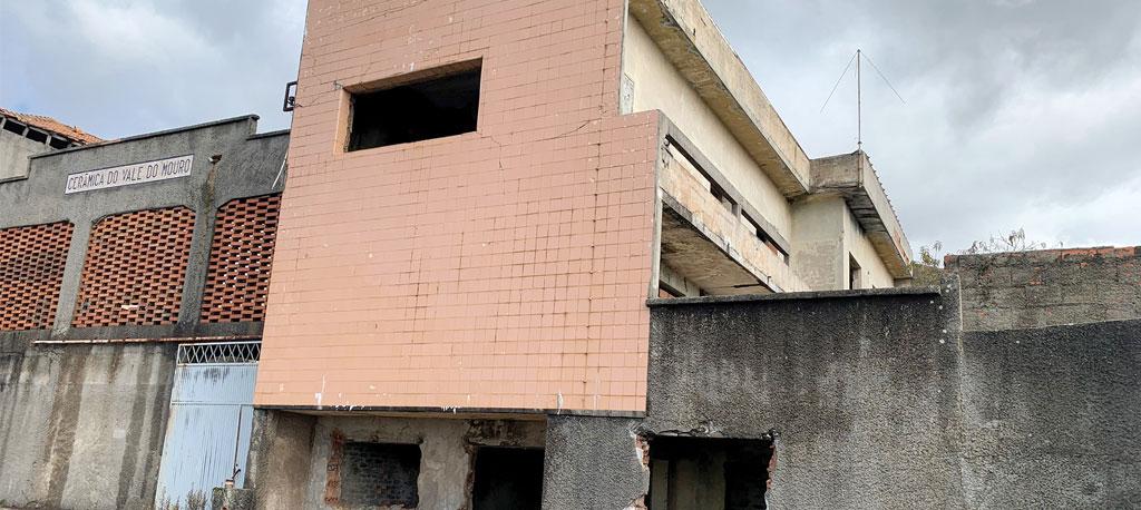 Casal sem-abrigo vive num antigo bairro da cerâmica em Barrô