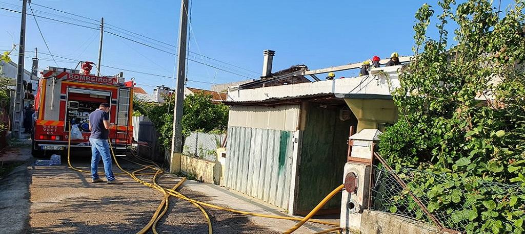 Troviscal: Incêndio na Limeira deixou casa de habitação sem telhado