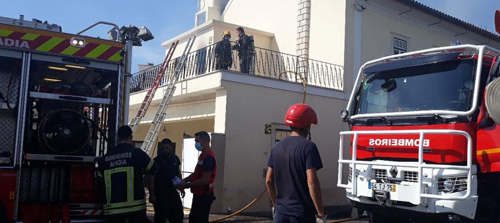 S. Lourenço do Bairro: Incêndio em habitação na Pedralva corta o trânsito na EN 333-1 (com fotos)